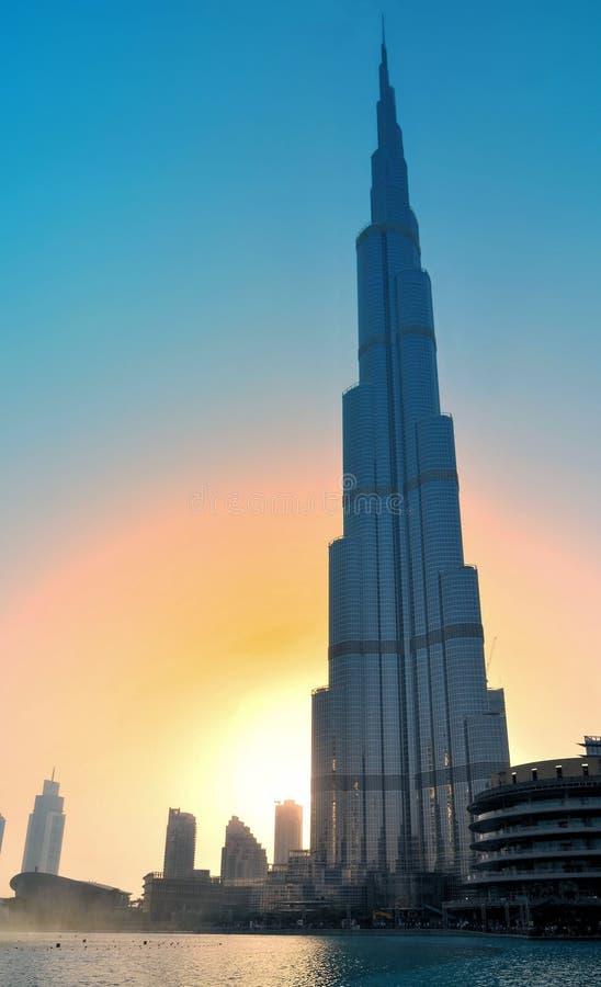 Dubai UAE - Maj 25, 2017: Sikt av Burj Khalifa i Dubai under solsken i sommar arkivbilder