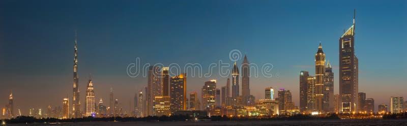DUBAI UAE - MARS 31, 2017: Aftonhorisonten av centret med Burjen Khalifa och emirater står högt royaltyfri fotografi