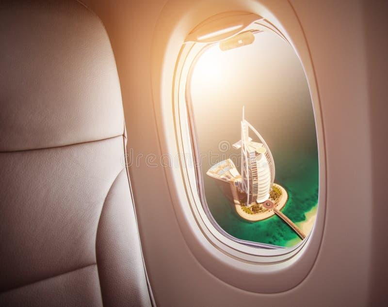 DUBAI UAE - MARS 2018: Flyg- sikt av det Burj Al Arab hotellet i Du royaltyfria bilder