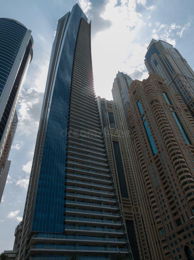 Dubai UAE - mars, 02, 2017: Perspektiv från gatan av byggnaderna i Dubai fotografering för bildbyråer