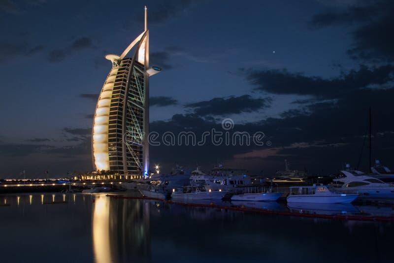 Dubai UAE - mars, 03, 2017: Sikt av den lyxiga Burjen Al Arab, det exklusivaste hotellet av världen, med sju stjärnor på natten royaltyfri fotografi