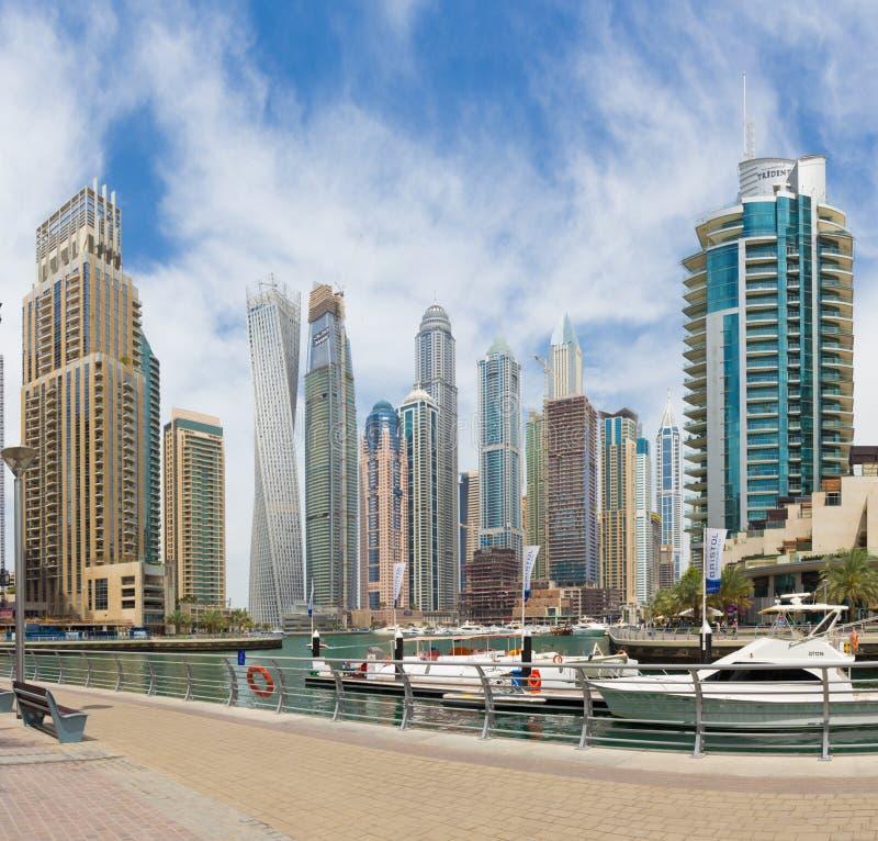 DUBAI UAE - MARS 22, 2017: Skyskraporna av marina med promenaden arkivbilder