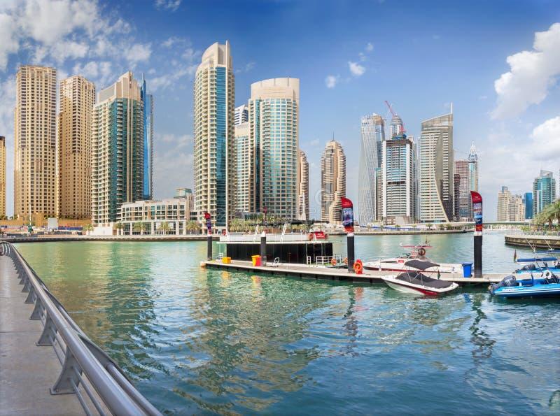 DUBAI UAE - MARS 24, 2017: Skyskraporna av marina och yachterna royaltyfria bilder