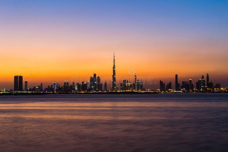 Dubai/UAE- Nov 17 2017: Dubaj miasta linia horyzontu po zmierzchu obraz stock