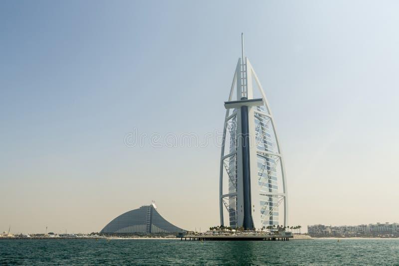 DUBAI UAE - NOVEMBER 7, 2016: Burj Al Arab hotell på den Jumeirah stranden i Dubai, modern arkitektur, lyxig strandsemesterort royaltyfri foto