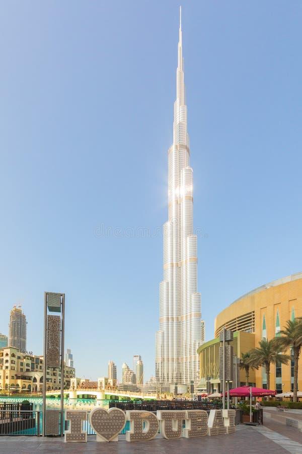 DUBAI UAE - November 09, 2018: Burj Khalifa torn med I-förälskelseDubai text framme royaltyfria bilder