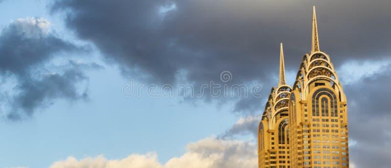 DUBAI UAE - NOVEMBER 2016: Solnedgånghorisont av Dubai med staden till royaltyfri fotografi