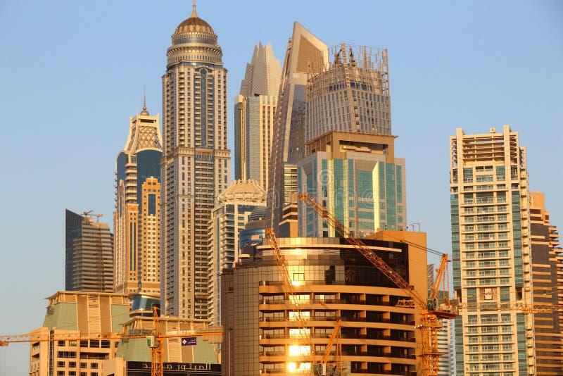 DUBAI, UAE - 23. NOVEMBER 2017: Sonnenunterganglichtskyline des Dubai-Jachthafenbezirkes, Arabische Emirate Dubai ist das einwohn lizenzfreies stockbild