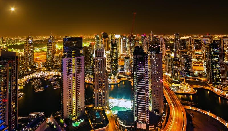Dubai, UAE Opinión aérea sobre las carreteras y los rascacielos fotos de archivo libres de regalías