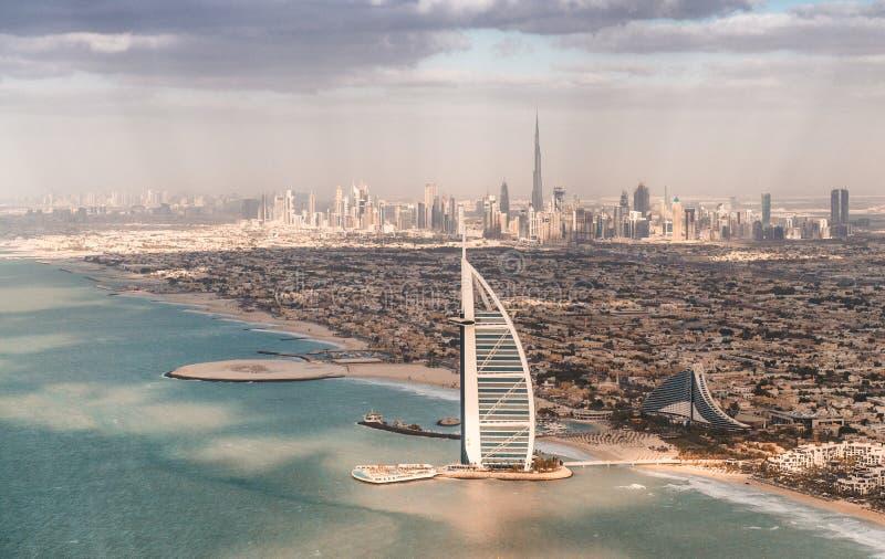 Dubai, UAE Schöne Küstenlinie an einem sonnigen Tag lizenzfreie stockfotos