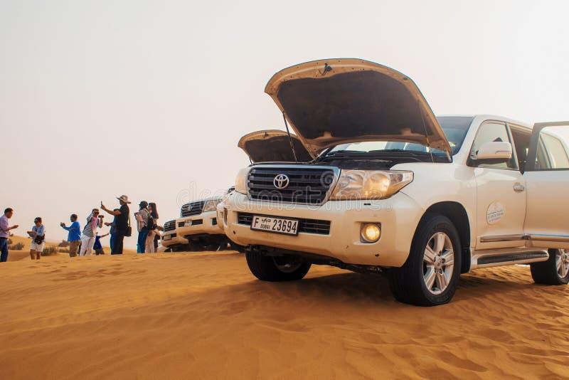 DUBAI, UNITED ARAB EMIRATES - 25 DE ABRIL DE 2018: Jeep Safari en el desierto imagen de archivo libre de regalías