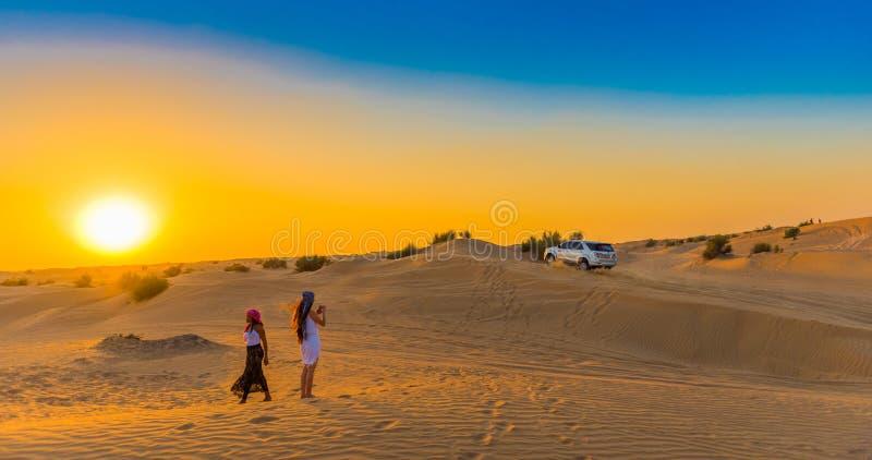 DUBAI, UNITED ARAB EMIRATES - 13 DE DICIEMBRE DE 2018: Puesta del sol sobre las dunas de arena en reserva de la protección del de fotografía de archivo
