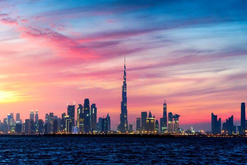 Dubai, United Arab Emirates - 10 de enero de 2019: Puesta del sol hermosa sobre la opinión de la señal del panorama de Dubai del  imagenes de archivo