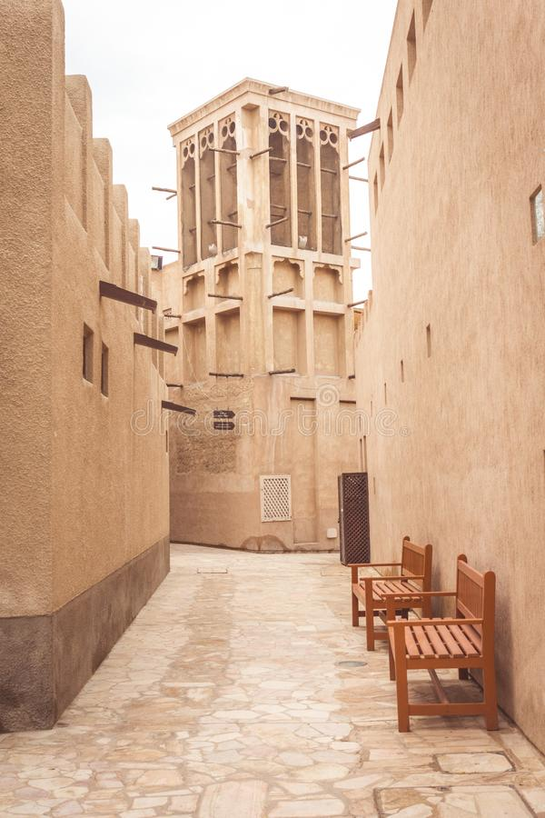 Dubai, United Arab Emirates - 28 de marzo de 2019: Opinión sobre una torre tradicional del viento en Al Seef Heritage District imágenes de archivo libres de regalías