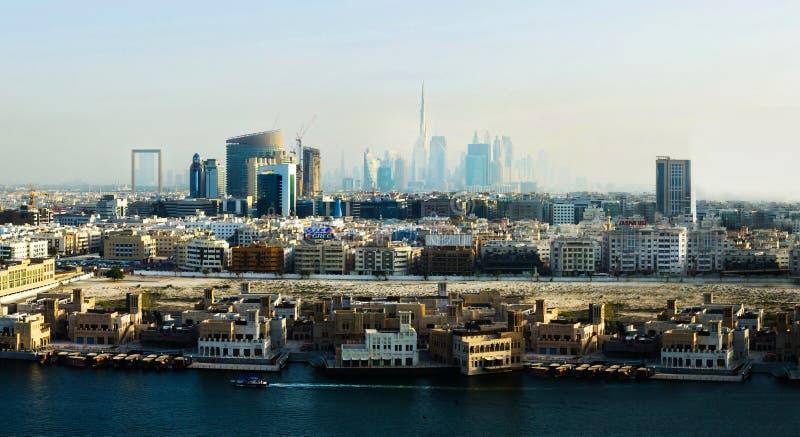 Dubai, United Arab Emirates - 7 de mayo de 2018: Opinión de la señal del paisaje urbano de Dubai y el Dubai Creek en la puesta de fotografía de archivo libre de regalías