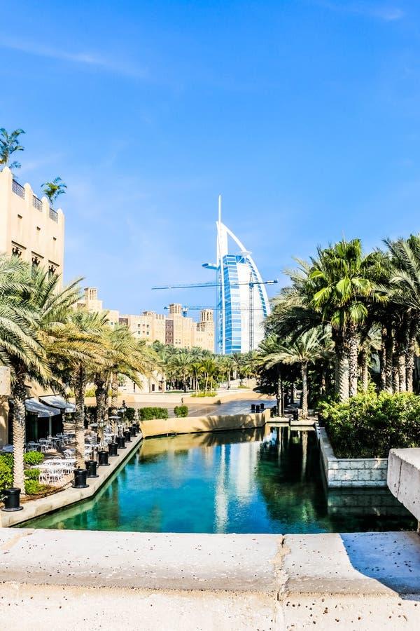 Dubai, United Arab Emirates - 01/15/2019 - opinión asombrosa Burj Al Arab, hotel de siete estrellas, una visión desde Souk Madina fotos de archivo libres de regalías