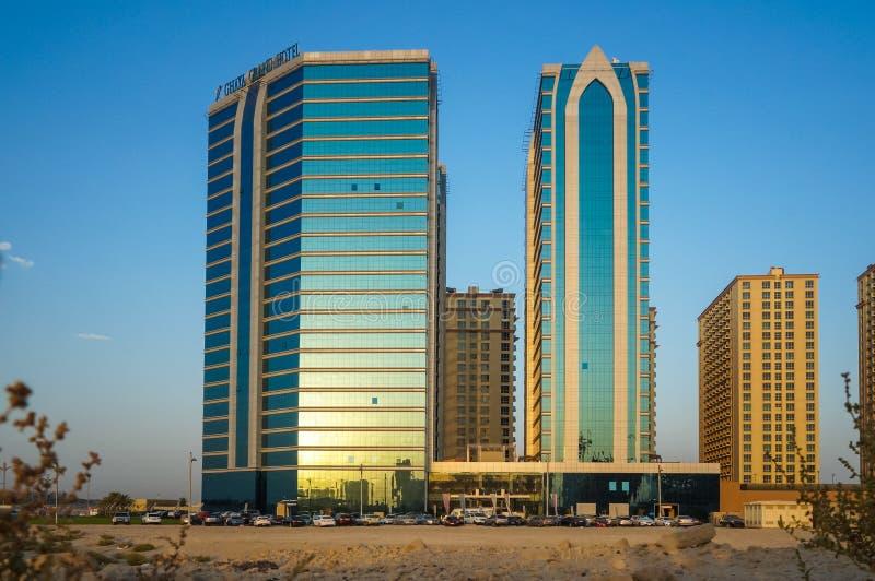 dubai verão 2016 Desenvolvimento de áreas do deserto, novos domicilios na cidade de Dubai, perto do hotel novo Ghaya grande imagens de stock royalty free
