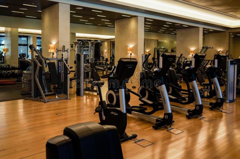 dubai verão 2016 Exercite máquinas no gym do hotel Jumeirah de quatro estações imagem de stock royalty free