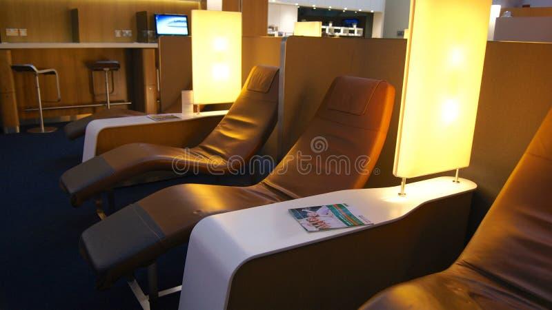 DUBAI, VEREINIGTE ARABISCHE EMIRATE - 4. April 2014: Der Lufthansa-Senator Business Lounge an Dubai International-Flughafen DXB lizenzfreies stockfoto
