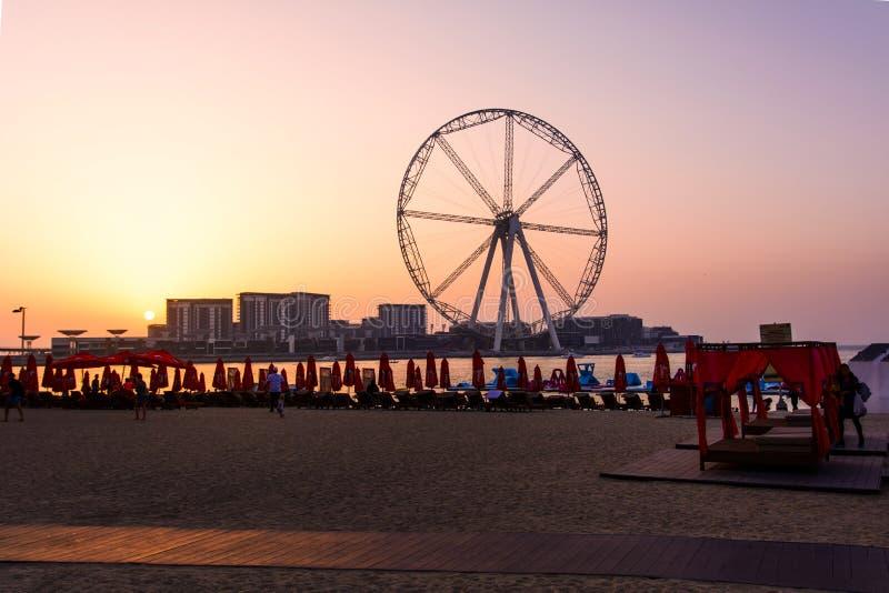 Dubai, Vereinigte Arabische Emirate - 8. März 2018: Sunbeds und romanti lizenzfreie stockfotos