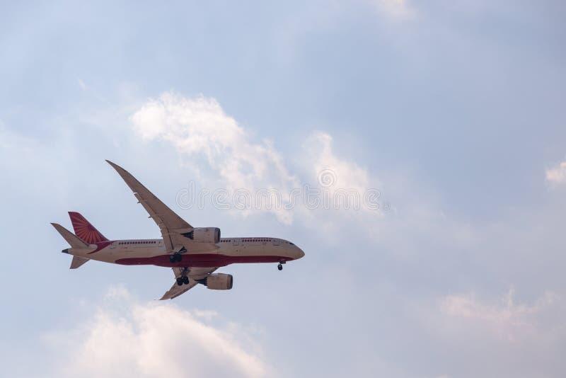 DUBAI, ZJEDNOCZONE EMIRATY ARABSKIE, CIRCA 2019: Air India Airline Boeing 787 - linia marzeń zbliżająca się do międzynarodowego l fotografia stock