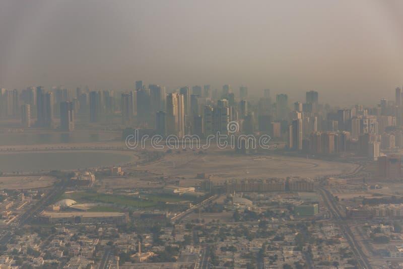 Dubaj emiratów breathtaking widok od samolotu, ranku widok przed burzą piaskową obrazy royalty free