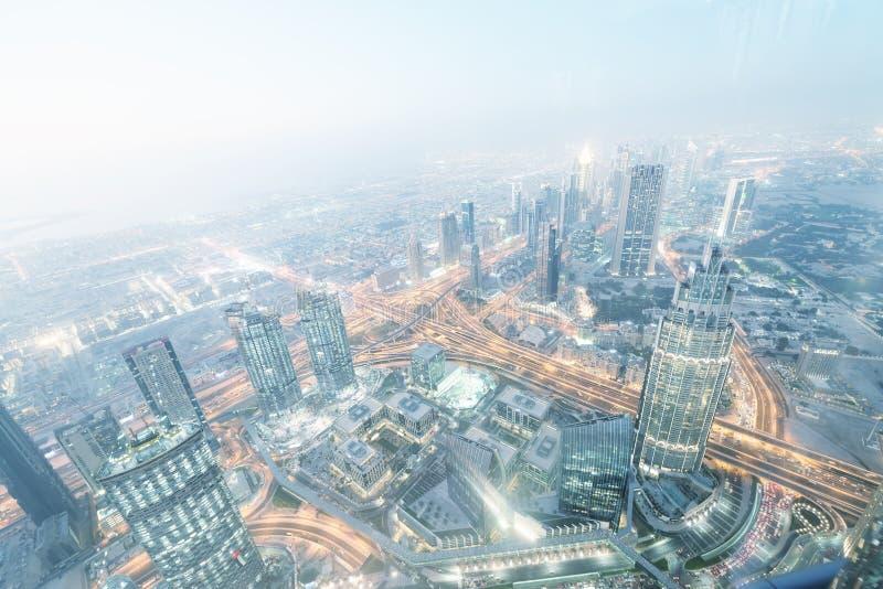 DUBAJ, GRUDZIEŃ - 4, 2016: Widok z lotu ptaka W centrum Dubaj przy nocą zdjęcia royalty free