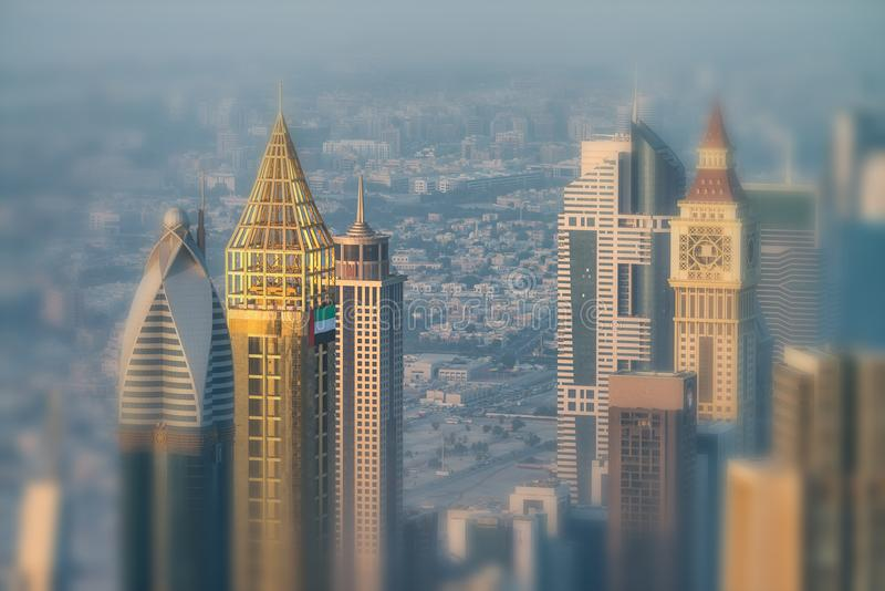 DUBAJ, GRUDZIEŃ - 4, 2016: Widok z lotu ptaka W centrum Dubaj przy sunse zdjęcie stock