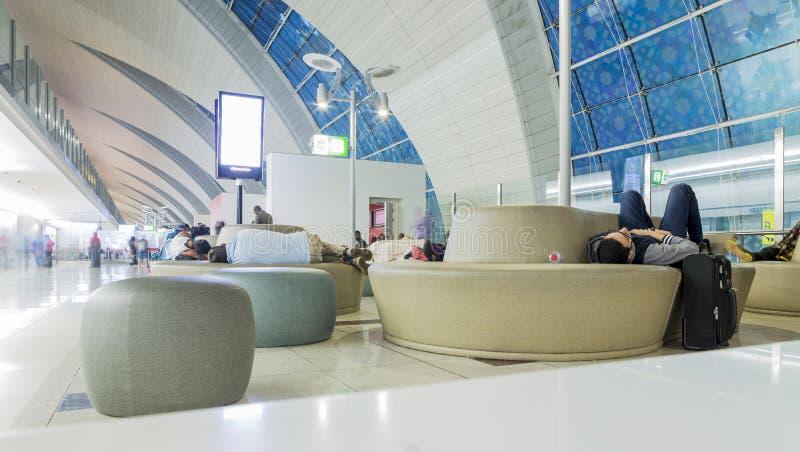 DUBAJ, KWIECIEŃ - 06: Pasażera lobby w Dubai International lotnisku na Kwietniu 6, 2016 w Dubaj, UAE obraz stock