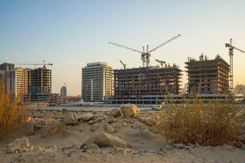 Dubaj Lato 2016 Rozwój pustynni tereny, nowe budownictwo mieszkaniowe w mieście Dubaj, blisko nowego hotelowego Ghaya Uroczystego obrazy stock