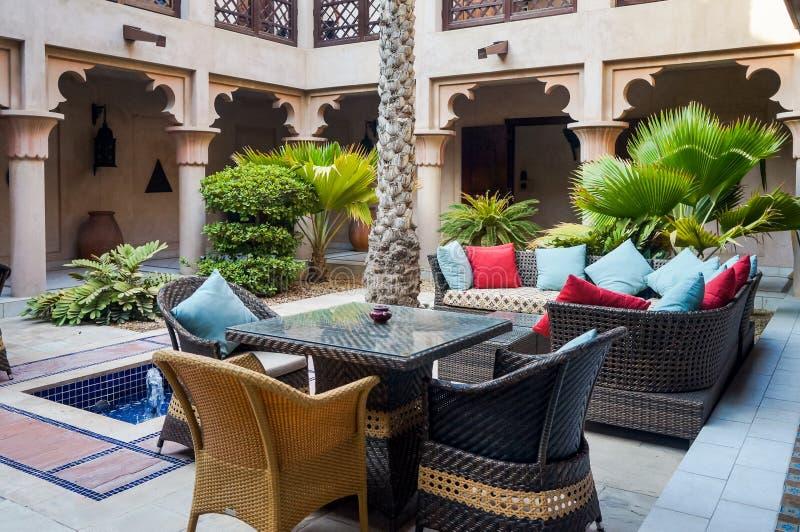 Dubaj Lato 2016 Żyjący zieloną oazę na miejscu Madinat Jumeirah Mina Salam Ogromny miedziany dzbanek obraz royalty free