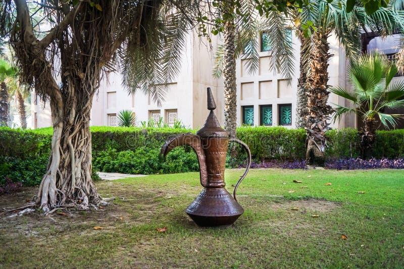 Dubaj Lato 2016 Żyjący zieloną oazę na miejscu Madinat Jumeirah Mina Salam Ogromny miedziany dzbanek zdjęcie stock