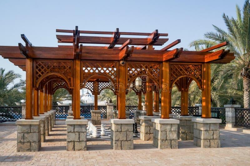 Dubaj Lato 2016 Żyjący zieloną oazę na miejscu Madinat Jumeirah Mina Salam Ogromny miedziany dzbanek fotografia royalty free