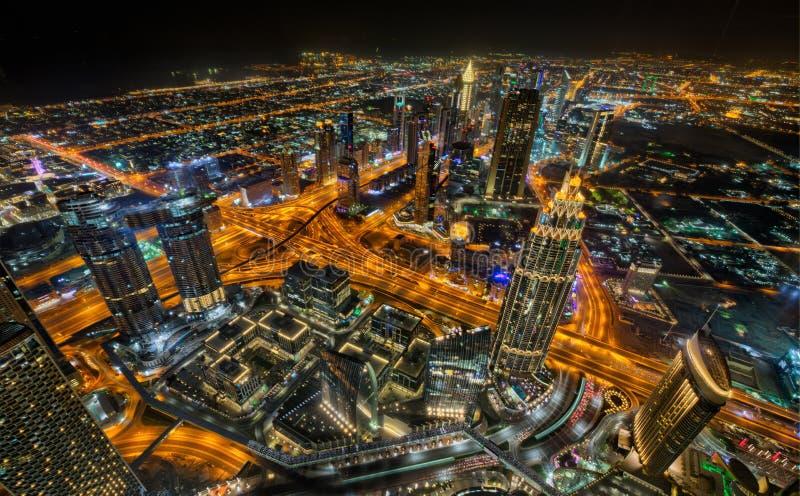 Dubaj linia horyzontu podczas nocy z zadziwiającymi centrów miasta światłami i ciężkim drogowym ruchem drogowym, UAE obrazy stock