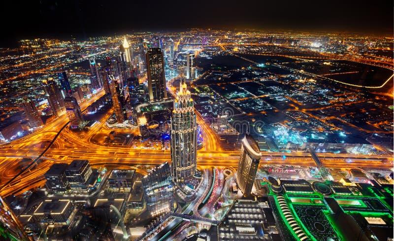 Dubaj linia horyzontu podczas nocy z zadziwiającymi centrów miasta światłami i Sheikh Zayed drogowym ruchem drogowym, Zjednoczone zdjęcia stock