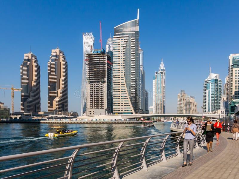 Dubaj Marina spacer przy kanał w Marina Distri fotografia stock
