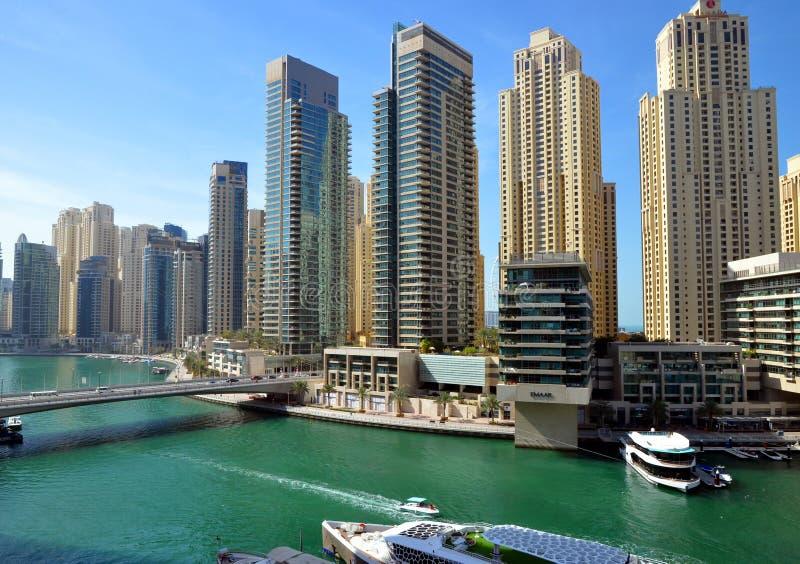 Dubaj Marina zna jako Nowy Dubaj okręg z swój drapacz chmur, jachty w pogodnym fotografia royalty free