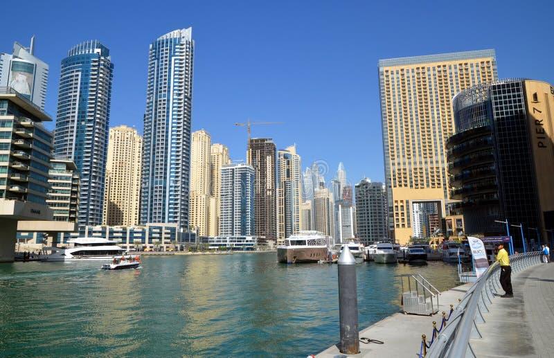 Dubaj Marina zna jako Nowy Dubaj okręg z swój drapacz chmur, jachty w pogodnym obrazy royalty free