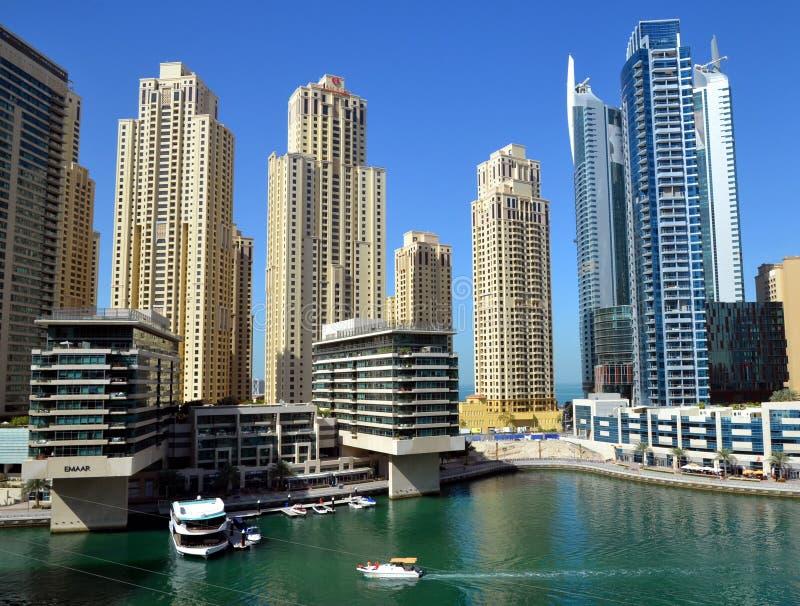 Dubaj Marina zna jako Nowy Dubaj okręg z swój drapacz chmur, jachty w pogodnym zdjęcie royalty free