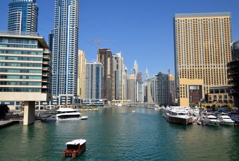 Dubaj Marina zna jako Nowy Dubaj okręg z swój drapacz chmur, jachty w pogodnym obrazy stock