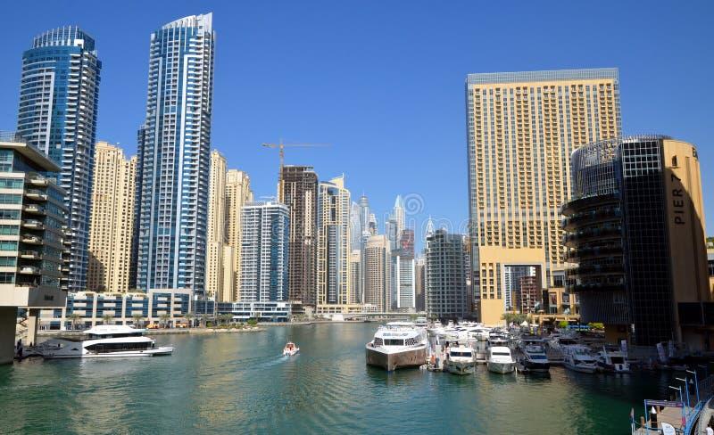 Dubaj Marina zna jako Nowy Dubaj okręg z swój drapacz chmur, jachty w pogodnym obraz royalty free