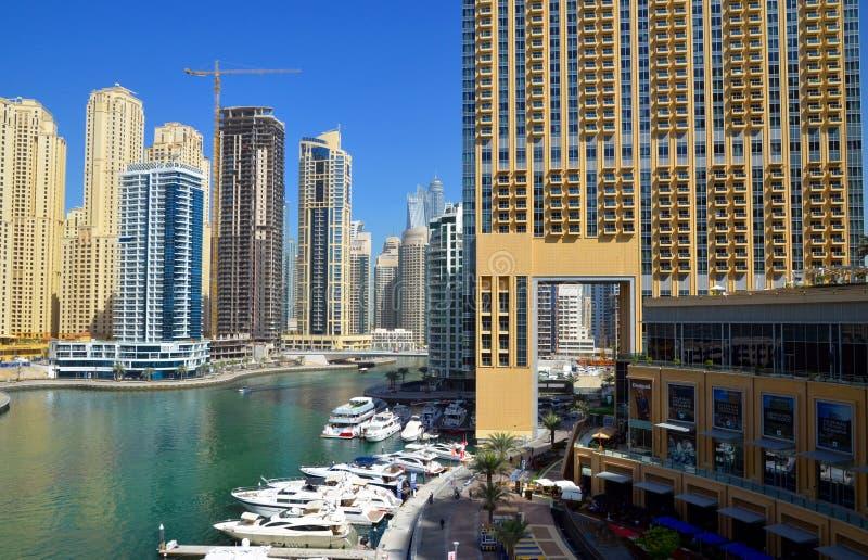 Dubaj Marina zna jako Nowy Dubaj okręg z swój drapacz chmur, jachty w pogodnym zdjęcia royalty free