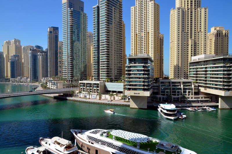 Dubaj Marina zna jako Nowy Dubaj okręg z swój drapacz chmur, jachty w pogodnym fotografia stock