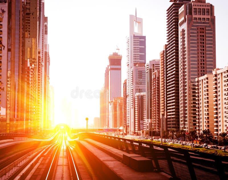 Dubaj metro Wieczór widok miasto obrazy stock