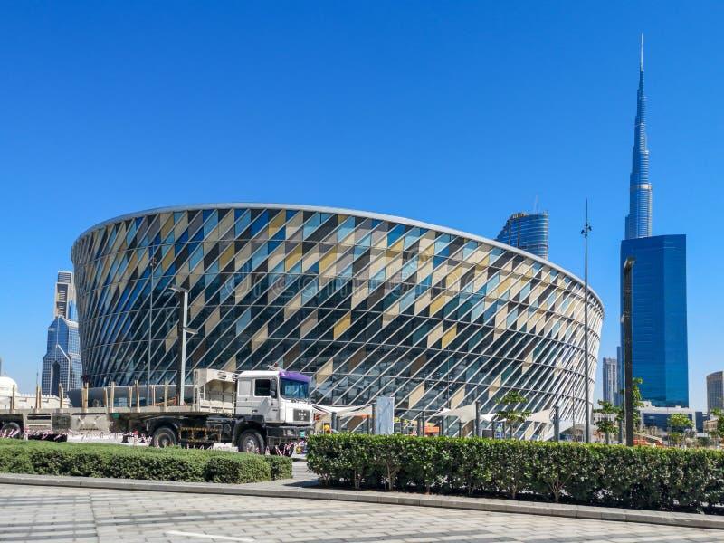 Dubaj miasta spacer, nowożytne kawiarnie i restauracje w plenerowym detalicznym kompleksie - Dubaj arena duża arena w środkowym w zdjęcia royalty free
