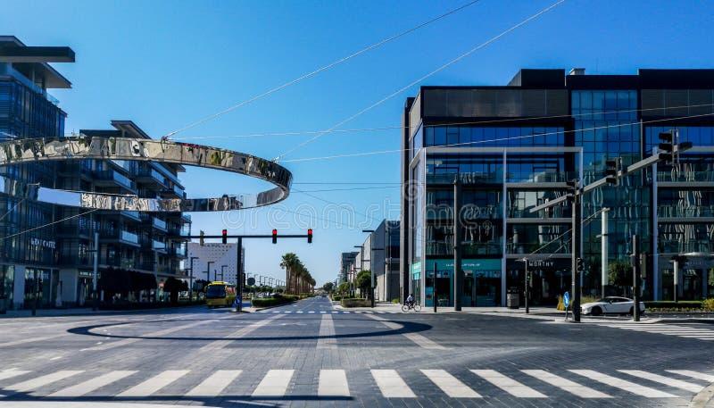 Dubaj miasta spacer, nowo?ytne nowe kawiarnie i restauracje w plenerowym detalicznym kompleksie obrazy stock
