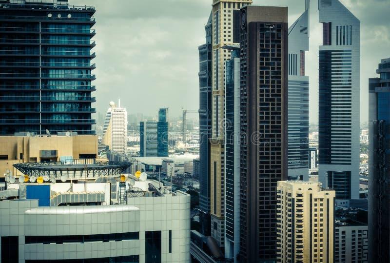 DUBAJ, UAE - GRUDZIEŃ 8, 2015: Dachu widok sławny Dubaj góruje wzdłuż Sheikh Zayed drogi zdjęcie stock