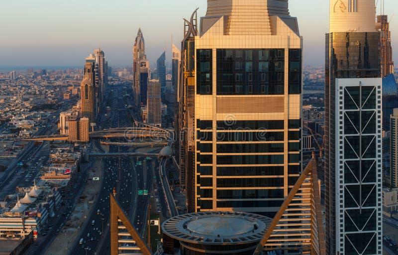 DUBAJ, UAE - GRUDZIEŃ 17, 2015: Sławna nowożytna Dubaj architektura przy zmierzchem zdjęcie stock