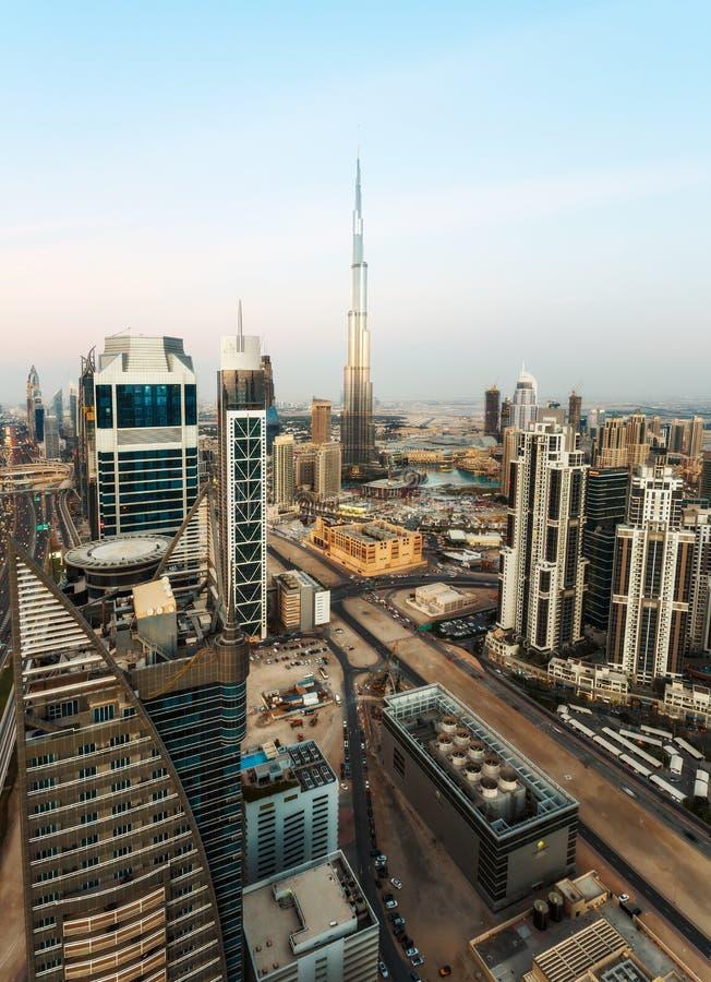 DUBAJ, UAE - GRUDZIEŃ 17, 2015: Sławna nowożytna Dubaj architektura przy zmierzchem z Burj Khalifa obraz stock