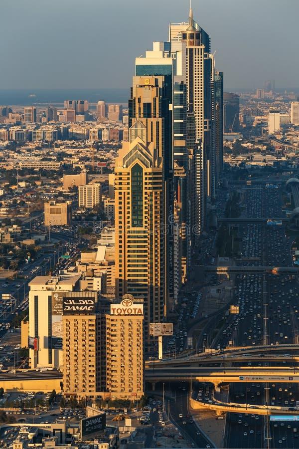 DUBAJ, UAE - GRUDZIEŃ 17, 2015: W centrum Dubaj góruje w wieczór zdjęcia royalty free